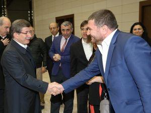 Ahmet Davutoğlu gazetecilerle birlikte Katar'a gitti