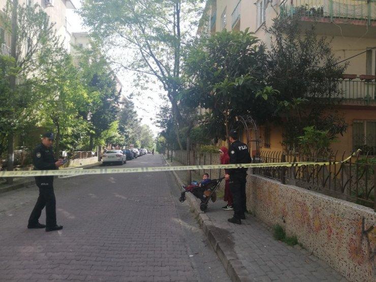 Avcılar'da giriş katta duvarı çöken bina, boşaltıldı