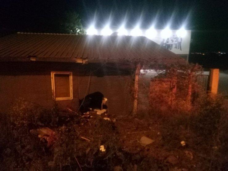 Ehliyetsiz genç önce bariyere, ardından bekçi kulübesine çarptı: 2 yaralı