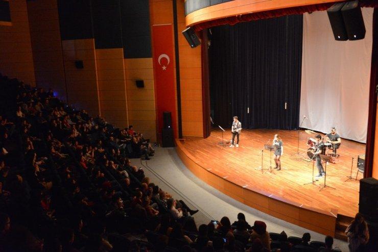 SAÜ'de İngilizce hazırlık sınıflarından yılsonu gösterisi