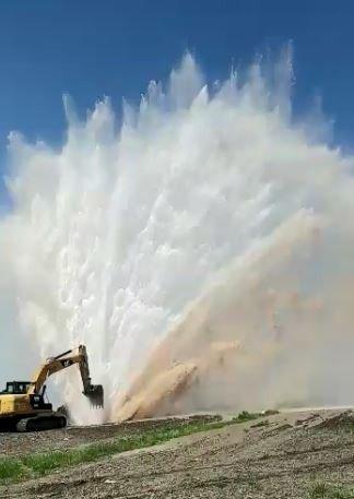 Boru patladı, sular metrelerce havaya fışkırdı