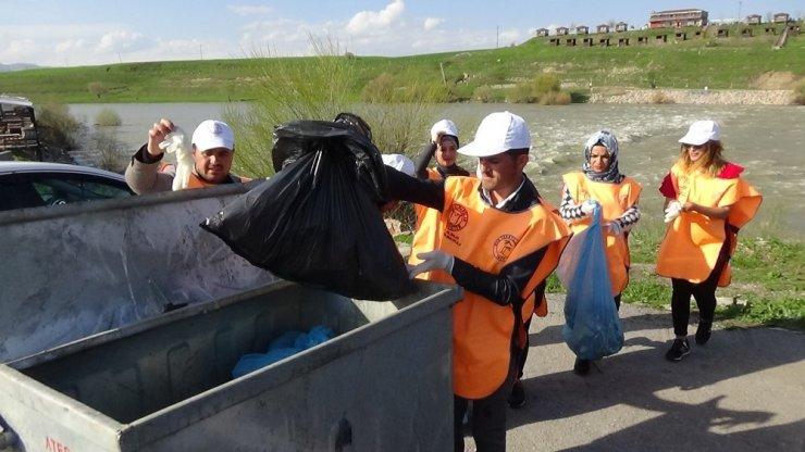 Rektör yelek giyip, eldiven takıp çöp topladı