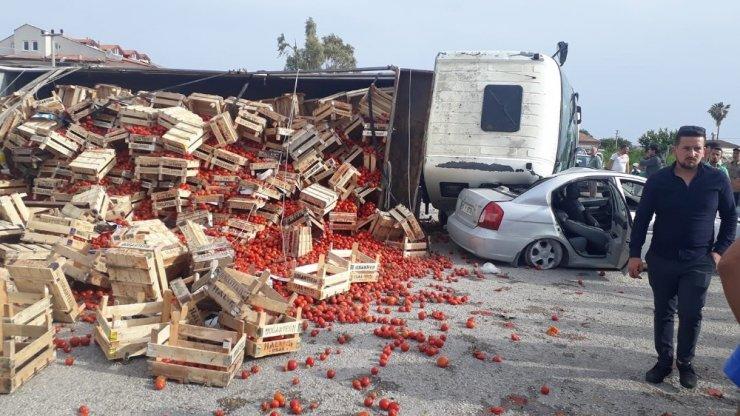 Domates yüklü kamyon otomobilin üzerine devrildi