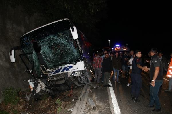 Otobüs traktöre çarptı: 1 ölü, 13 yaralı