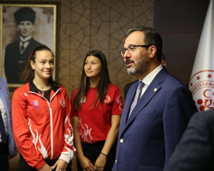 Bakan Kasapoğlu milli eskrimcileri kabul etti