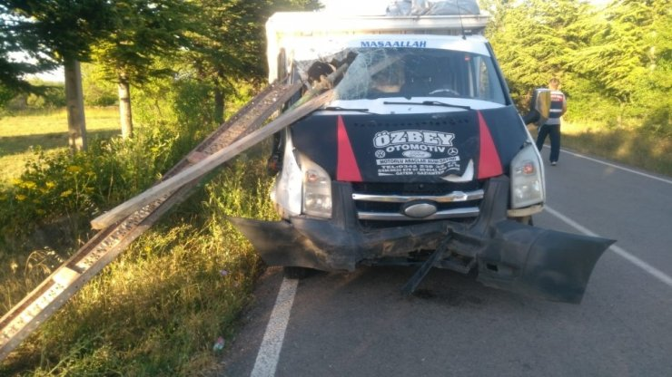 Isparta'da feci kaza: Pat pattaki demirler kamyonete ok gibi saplandı