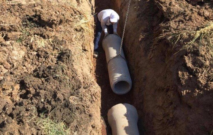 Kanalizasyon hattı döşeme çalışması yapılıyor