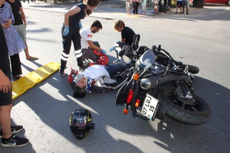 Motosiklet sürücüsü kask sayesinde hayata tutundu