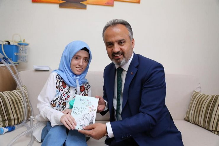 Kas hastası genç kız, 5 resim sergisi açtı, bir de şiir kitabı çıkardı