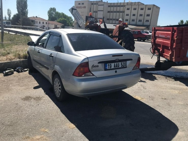 Otomobil ile traktör çarpıştı: 3 yaralı