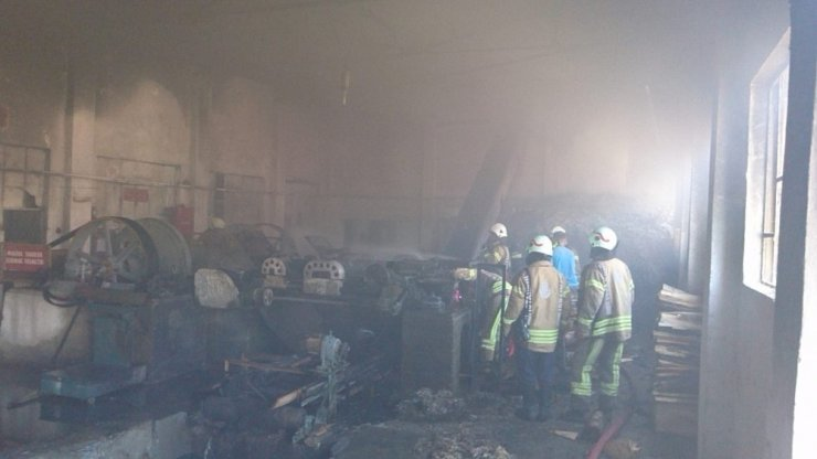 Kartal'da izolasyon malzemesi üretilen atölyede yangın