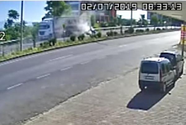 Otomobil, TIR'a çarptı; aynı aileden 4 kişi öldü, 1 yaralı