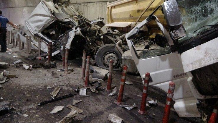 Tünel'de ters yöne giren kamyon ortalığı savaş alanına çevirdi: 5 yaralı