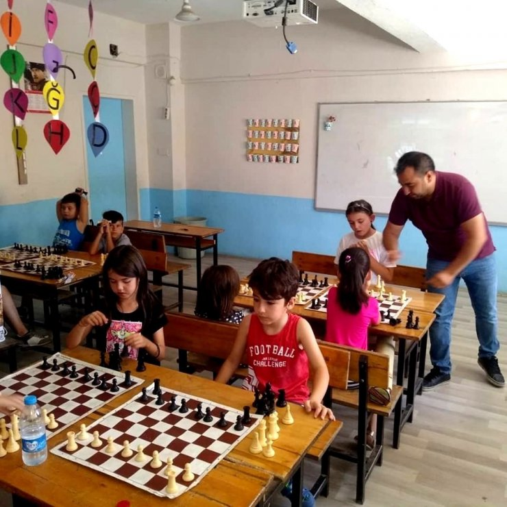 Sarıgöl'de öğrencilere satranç kursu açıldı