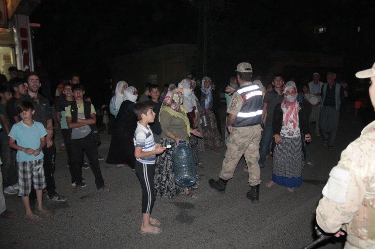 Diyarbakır'da suların akmadığını iddia eden vatandaşlar, şehirler arası yolu trafiğe kapattı