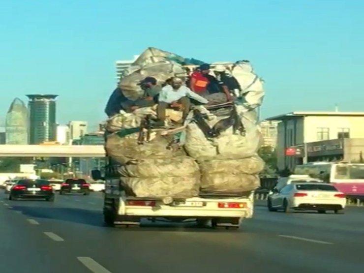 E-5'te kamyon kasasındaki çuval yığınlarının üzerinde tehlikeli yolculuk kamerada