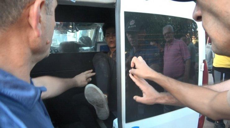Kimliğini göstermek istemeyen genç, polislere tekme atmaya çalıştı