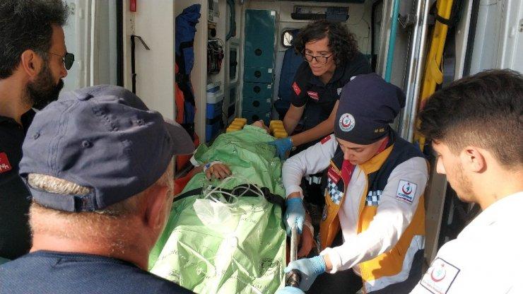 Kayalıklardan denize düşen kızı vatandaşlar kurtardı