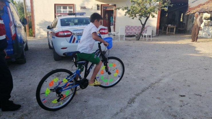 """Jandarmadan """"İnşallah bana çıkar"""" diyen Bedirhan'a bisiklet sürprizi"""