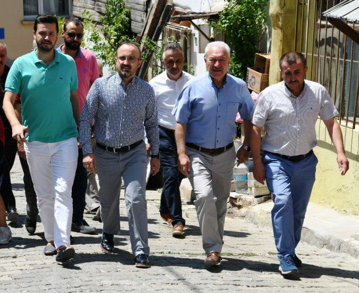 Turan, Lapseki'de teşkilat ile birlikte halk pazarını gezdi