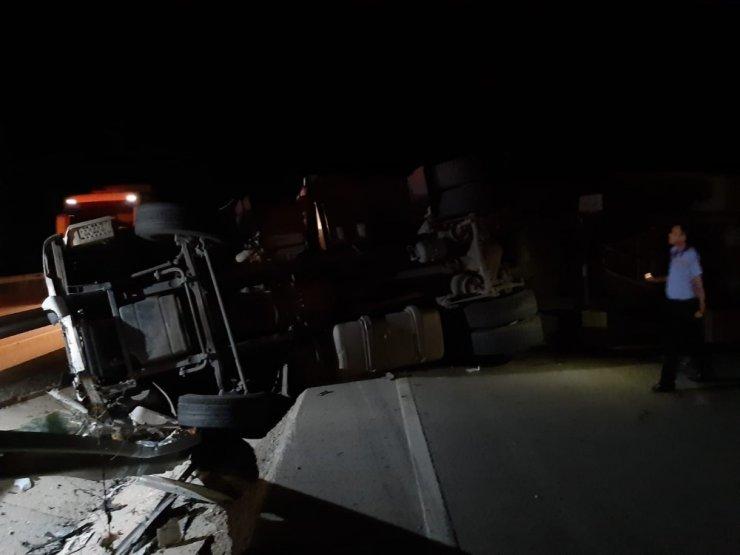 Denizli'de lastik yüklü tır devrildi