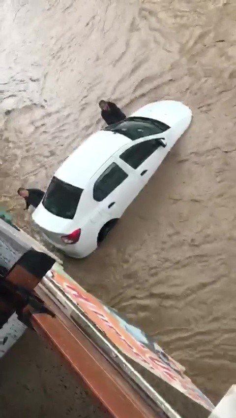 Sel sularına kapılan otomobili yüzdürerek kurtardılar