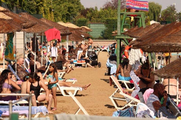 Hava sıcaklıkları 30 dereceyi aştı vatandaşlar soluğu plajda aldı
