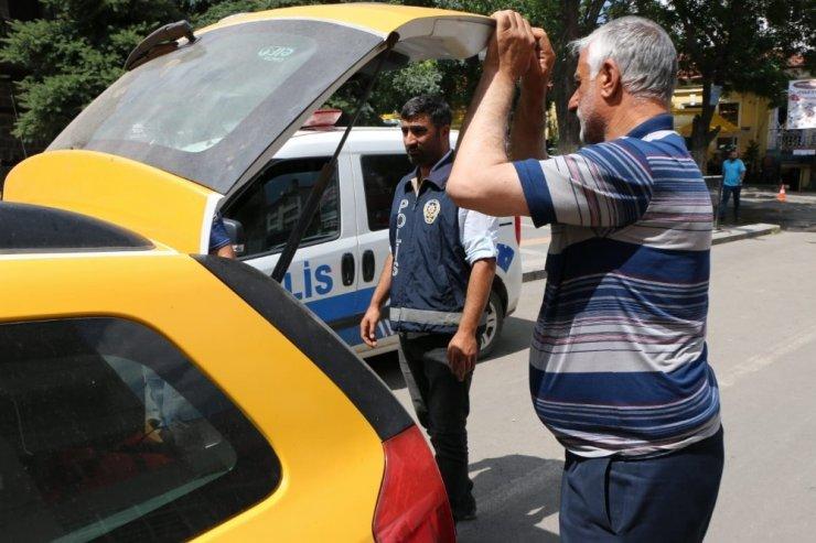 Kars'ta polis taksilere uygulama yaptı