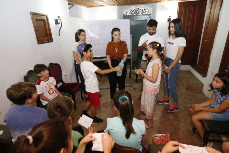 Yurt dışından gelen öğrenciler İzmirli öğrencilere İngilizce öğretiyor