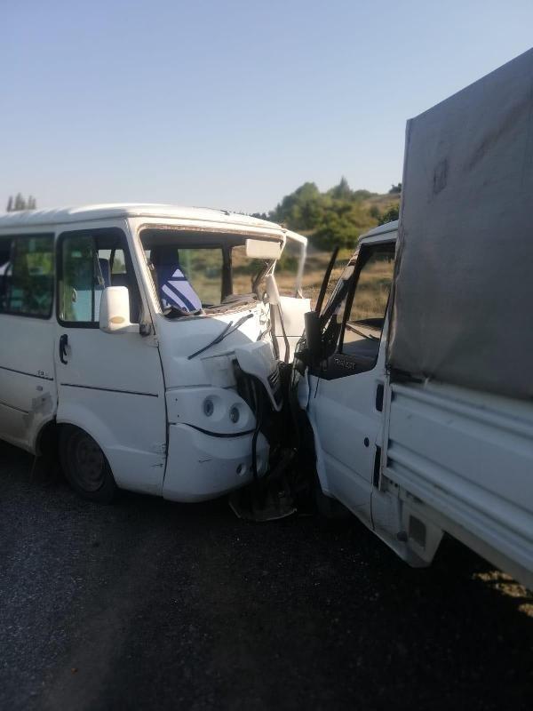 Kütahya'da işçi servisi ile kamyonet çarpıştı: 11 yaralı
