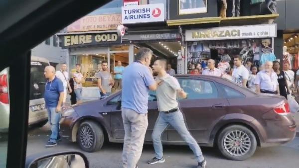 Taksiciyle yolcunun bıçaklı kavgası kamerada