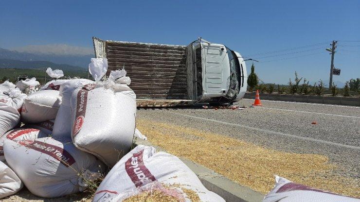 Lastiği patlayan kamyonet devrildi; 3 Yaralı