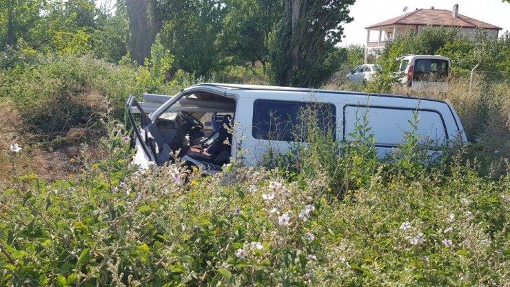 Direksiyon hakimiyeti kaybolan minibüs şarampole devrildi