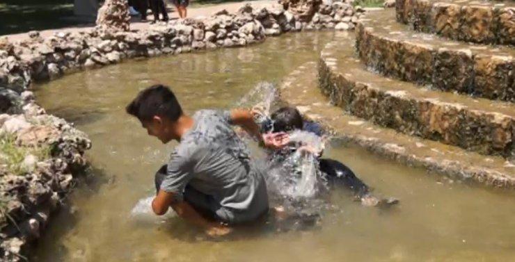 Sıcaktan bunalan çocuklar süs havuzlarına akın etti
