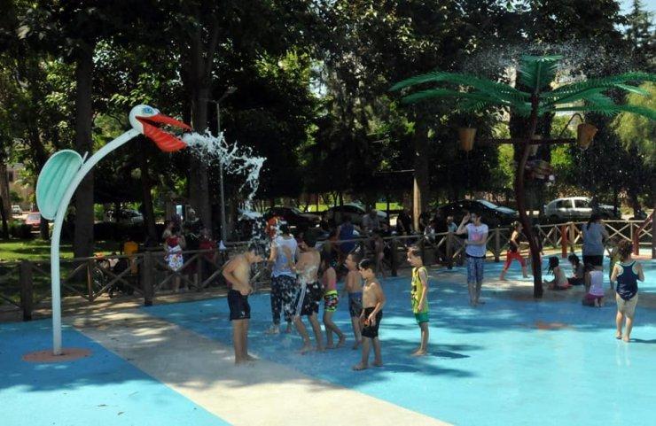 Çukurova'da çocuklar su oyun parkında serinliyor