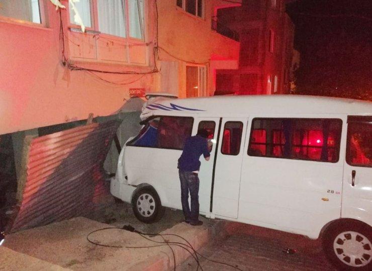 Minibüsün çarptığı kadın ağır yaralandı