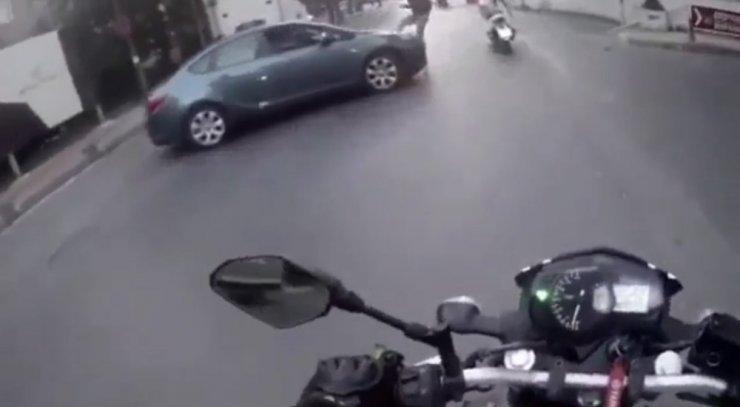 Motosiklet sürücüsü otomobile çarpmaktan son anda kurtuldu
