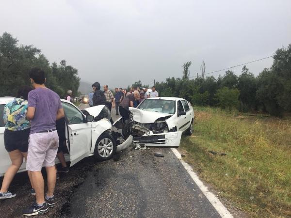 Otomobil ile minibüs çarpıştı: 18 yaralı