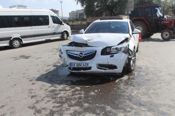 Sivas'ta iki otomobil çarpıştı: 6 yaralı