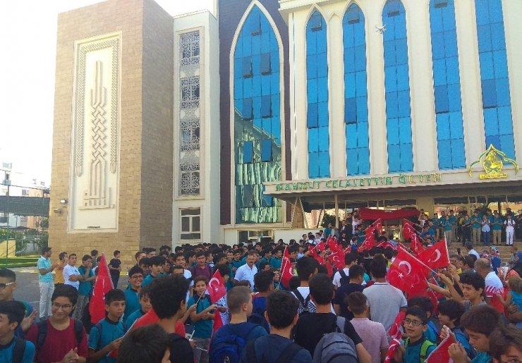 Simit yağmuruyla değil Türk bayrağının gölgesinde okula başladılar