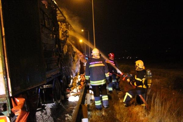 Lastiği patlayan TIR yandı, yol ulaşıma kapandı