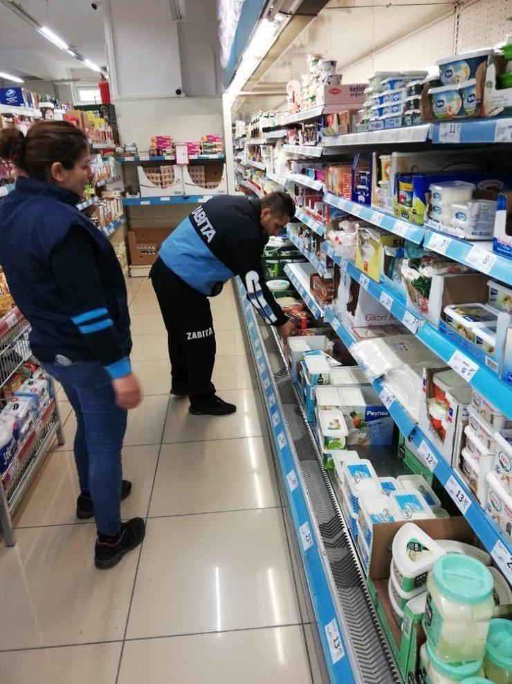 Çan Belediyesi zabıtalarından marketlere gıda kontrolü