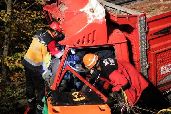 Uçuruma devrilen kamyondaki 2 kişi yaralandı