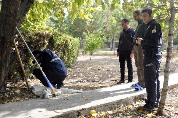 Cami bahçesine toprağa gömülü tabanca bulundu