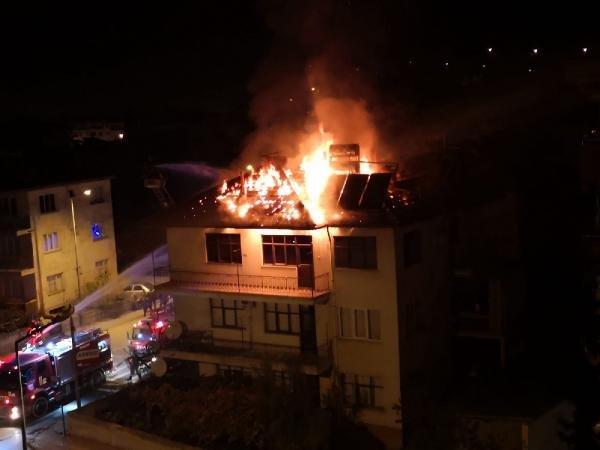 3 katlı binanın çatısı yandı