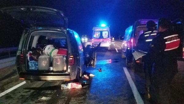 Hafif ticari araç, TIR'a çarptı: 5'i çocuk 8 yaralı