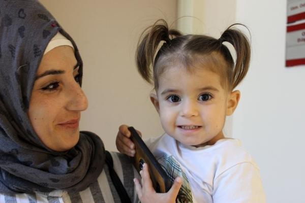 İlk kez işiten bebeklerden biri güldü, diğeri ağladı