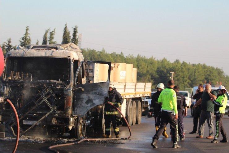 Antalya'da bobin kağıdı yüklü tır alev alev yandı