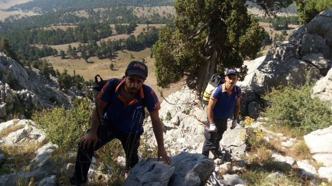 afad-ekipleri-kayaliklarda-mahsur-kalan-4-keciyi-kurtardu-1.jpg