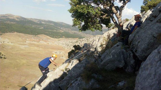 afad-ekipleri-kayaliklarda-mahsur-kalan-4-keciyi-kurtardu-4.jpg